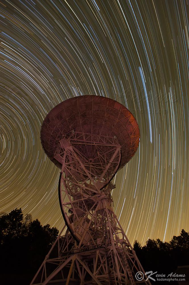 Jalur Bintang di langit langit malam di atas teleskop 26-East. Setting ...