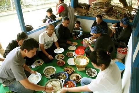 Suasana Makan-makan di Rumah Kang Ade Daryana (Trims ya Kang Ade :))